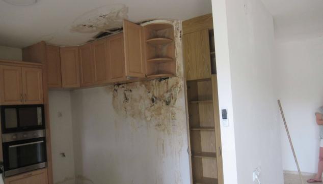 נזקים נרחבים בקירות ובתקרה