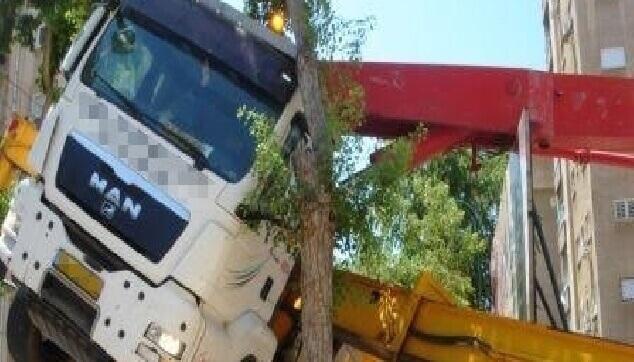 נזק למשאית וציוד הנדסי